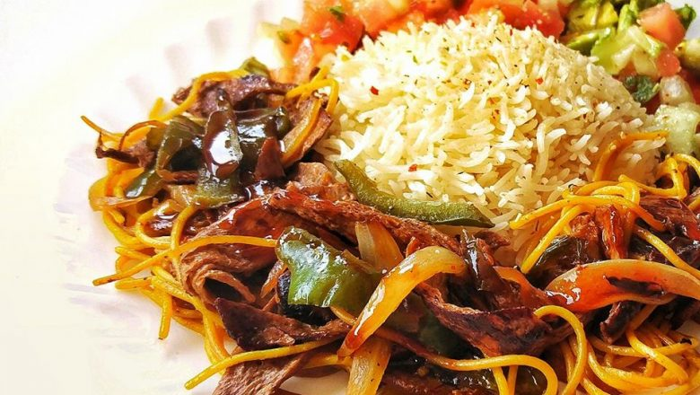Soja texturizada, tallarines, junto a arroz basmati y ensalada pico de gallo